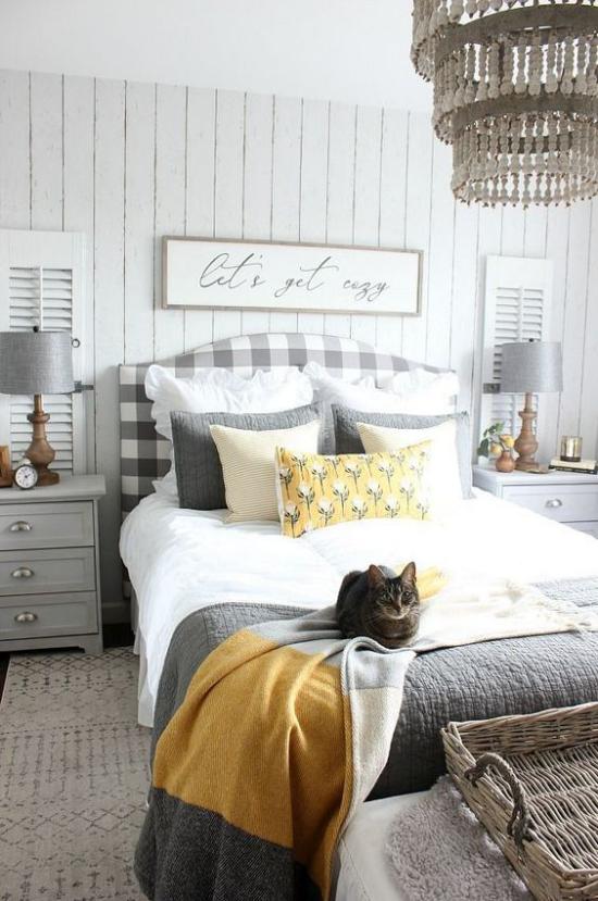 Schlafzimmer Ideen in Grau und Gelb einladendes Zimmer visuell gut balanciert Katze auf dem Schlafbett