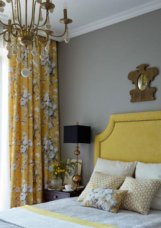Schlafzimmer Ideen in Grau und Gelb gelbes Kopfteil bequemes Bett gelb gemusterte Gardine schwarze Nachttischlampe