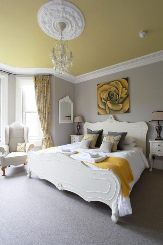 Schlafzimmer Ideen in Grau und Gelb geräumiges Schlafzimmer großes bequemes Bett