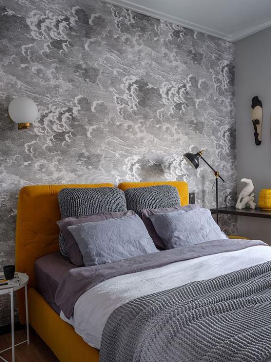 Schlafzimmer Ideen in Grau und Gelb graue Wandtapete Blickfang beruhigender Effekt gelbes Bett graue Bettwäsche