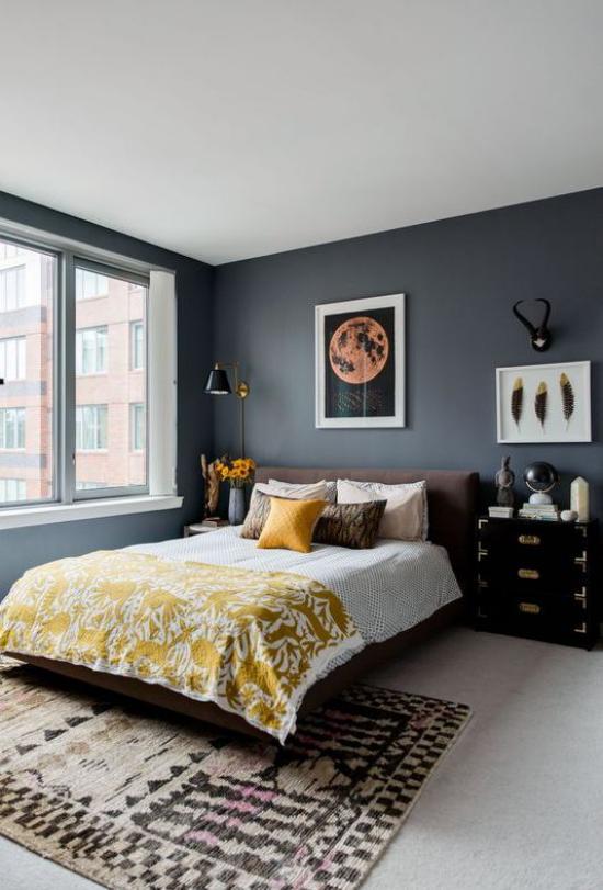 Schlafzimmer Ideen in Grau und Gelb großer einladend wirkender Raum Graphitgrau wenig Gelb großes Fenster Teppich Wanddeko