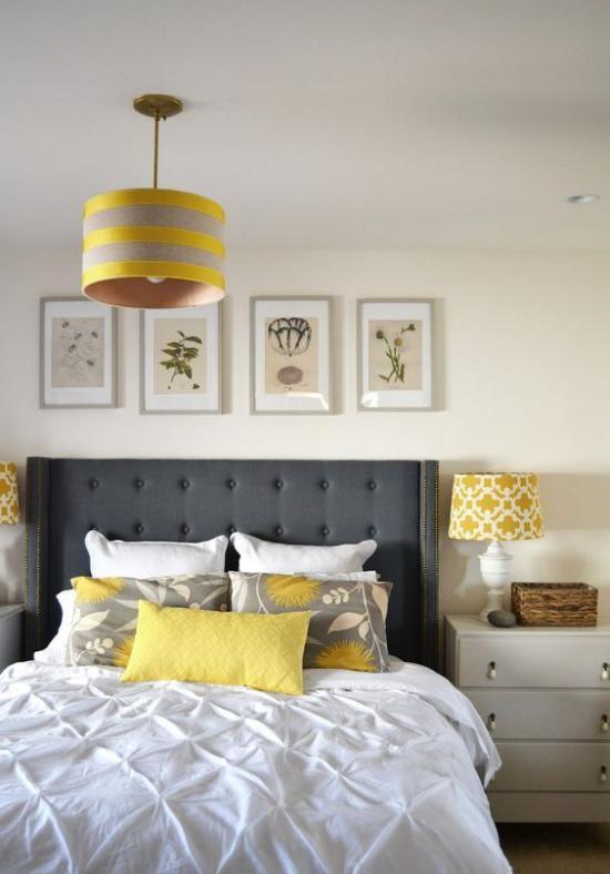 Schlafzimmer Ideen in Grau und Gelb helles einladendes Zimmer viel Weiß graues Bettkopfteil gelbe Kissen Hängelampe