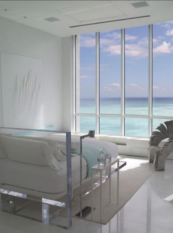 Schlafzimmer minimalistisch einrichten einfache Raumgestaltung großes Fenster Blick aufs blaue Meer