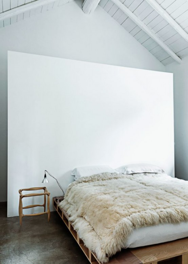 Schlafzimmer minimalistisch einrichten rustikale Elemente im Raumdesign Wurfdecke aus Wolle Balken an der Decke
