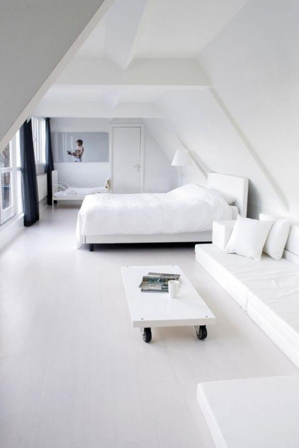 Schlafzimmer minimalistisch einrichten stilvolle Raumgestaltung ganz in Weiß auf dem Dachboden