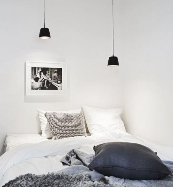 Schlafzimmer minimalistisch einrichten zwei schwarze Hängelampen einfach designt über dem Schlafbett