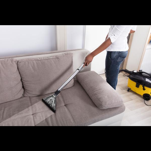 Sofa reinigen den Staub aufsammeln