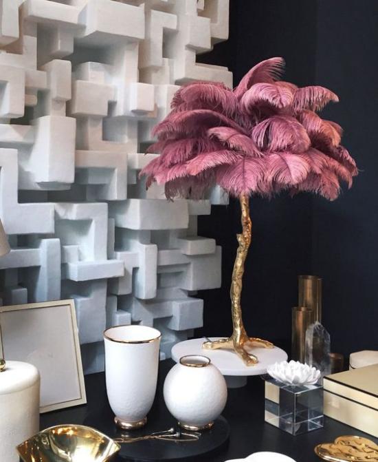Tischlampen ausgefallen fantasievoll designt dekorative Palme aus altrosa Straußenfedern Blickfang