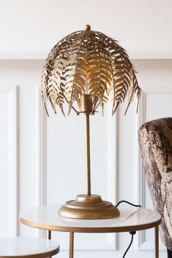 Tischlampen ausgefallen fantasievoll designt filigrane Farnblätter als Lampenschirm aus vergoldetem Metall schlanker Lampenfuß Steg