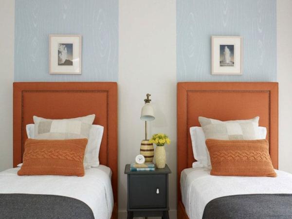 Wandgestaltung Schlafzimmer Bettkopfteil ornage Wandfarbe hellblau