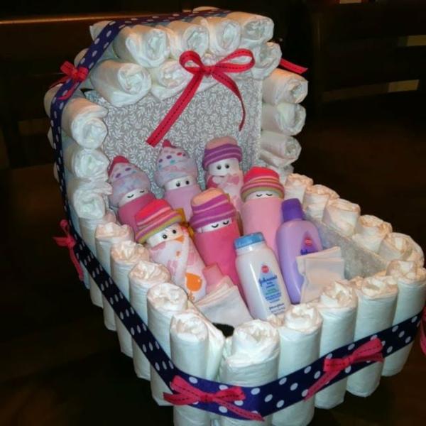 Windelgeschenke selber machen Babyschaukel aus Windeln basteln