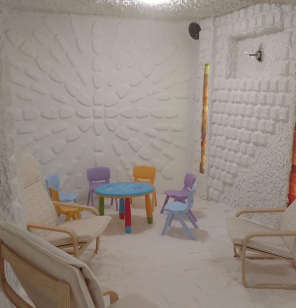 gesunder Lebensstil - toll eingerichtete Salzgrotte für Kinder