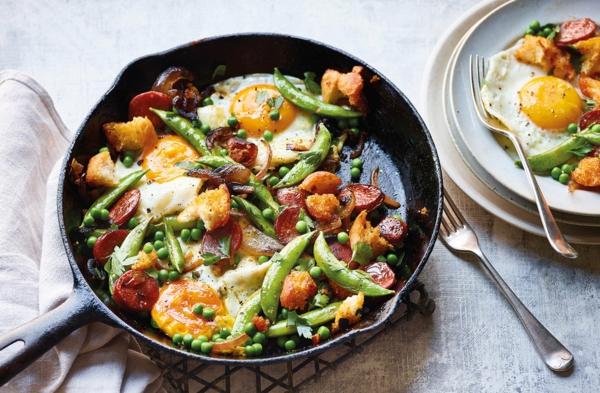 häusliches Brunch Buffet Brunch Ideen GEmüse mit Eiern Pfanne
