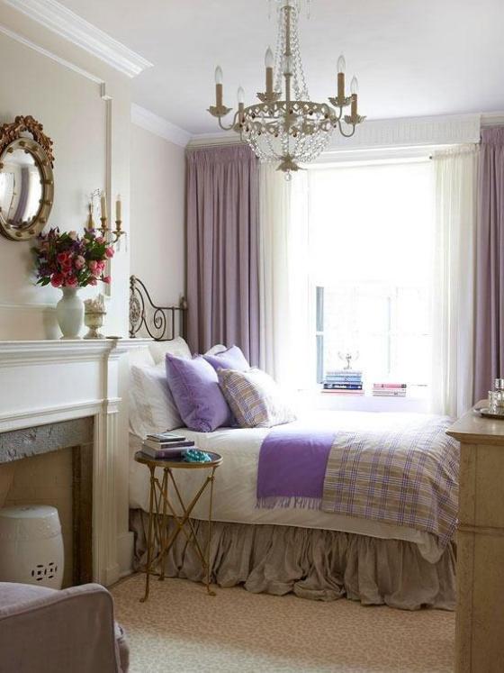 kleines Schlafzimmer Akzente in Helllila Kissen Gardinen einfache Einrichtung