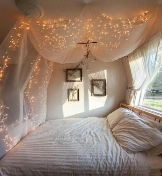 kleines Schlafzimmer Baldachin Lichterketten kleine Lichter starke Dose Romantik