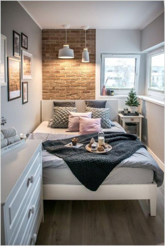 kleines Schlafzimmer Behaglichkeit auf weinig Raumfläche Tablett Kaffee trinken im Bett
