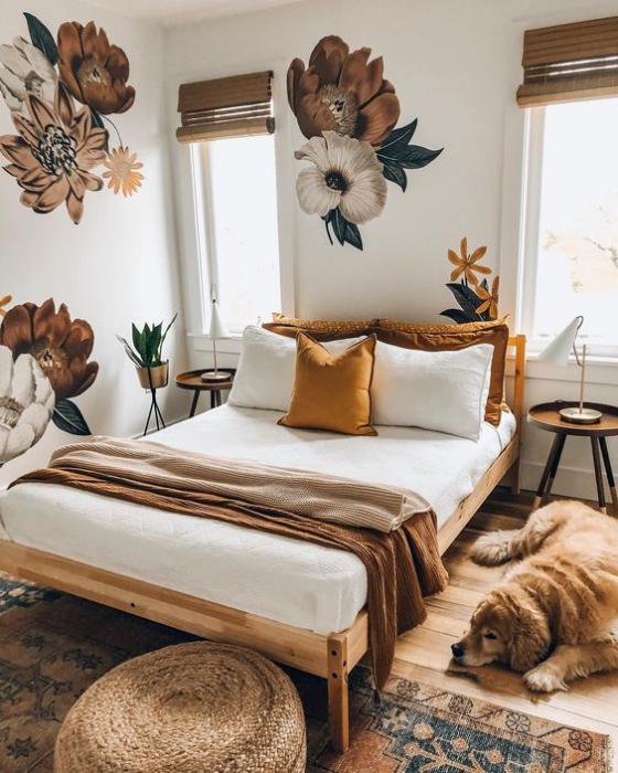 kleines Schlafzimmer Blumentapeten Muster im Großformat nicht erwünscht im kleinen Raum Bett Bettdecke Hund