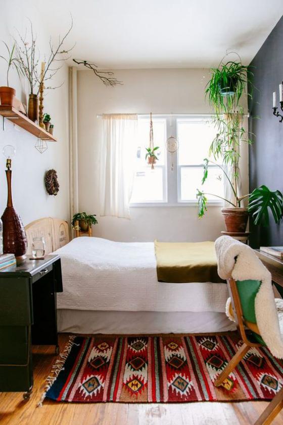 kleines Schlafzimmer Boho Stil farbenfroher Teppich Ethno Muster erfrischt die Raumatmosphäre