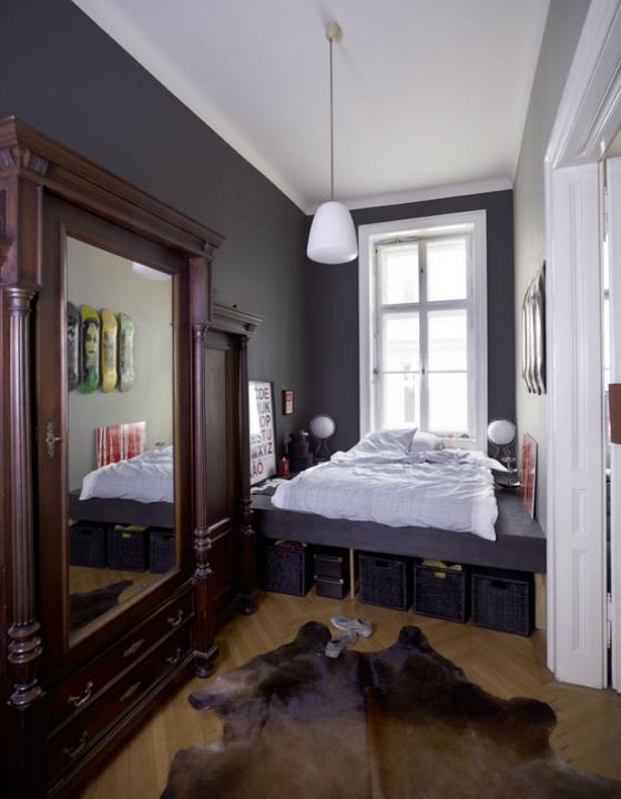 kleines Schlafzimmer Lila dominiert großer Wandspiegel Bett passende Körbe unter dem Bett Sachen verstauen