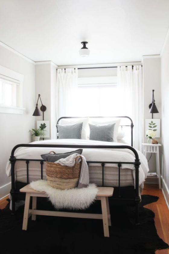 kleines Schlafzimmer Metallbett zwei Nachttischlampen beiderseits des Bettes weiße Bettwäsche