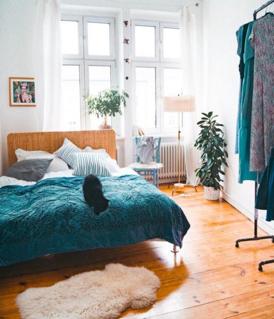 kleines Schlafzimmer ansprechendes Raumdesign Kleiderhaken rechts gute Idee für Kleider