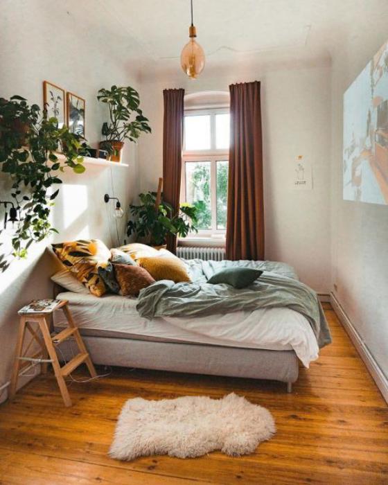 kleines Schlafzimmer einfaches Raumdesign Bett braune Gardinen Holzboden