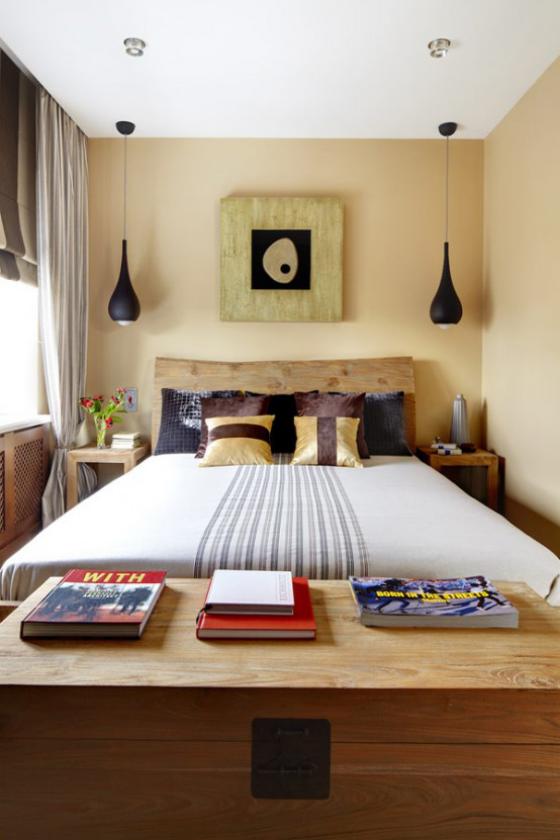 kleines Schlafzimmer große Kommode aus Holz im Vordergrund viele Staumöglichkeiten