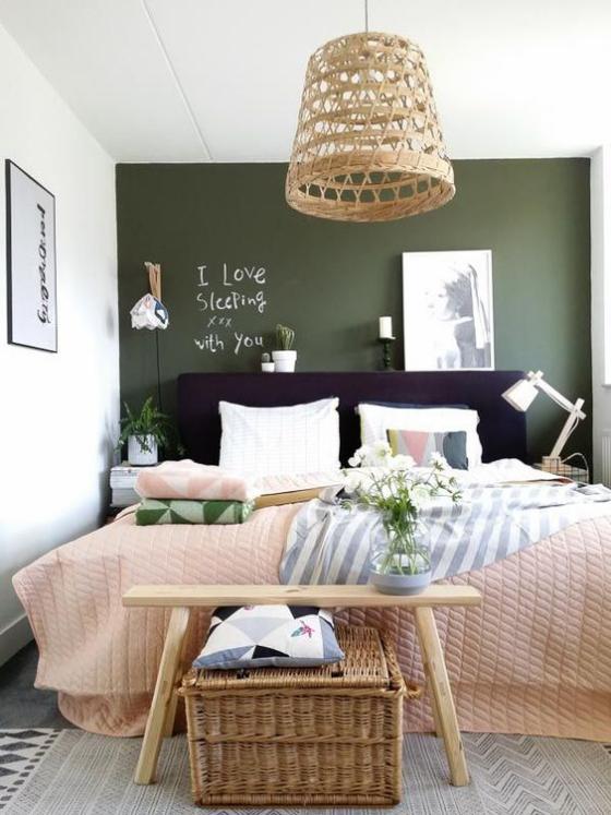 kleines Schlafzimmer großes bequemes Schlafbett grüne Wand nicht viel Platz