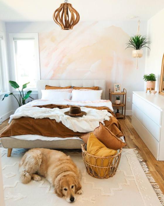 kleines Schlafzimmer helle Farben Beige helles Braun bequemes Bett