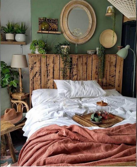 kleines Schlafzimmer rustikal eingerichtet Bettkopfteil aus Holz grüne Zimmerpflanzen frische Note