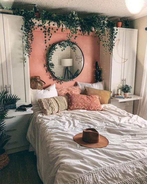 kleines Schlafzimmer rustikal gestaltet Wandspiegel über dem Bett viele grüne Zimmerpflanze frische Note