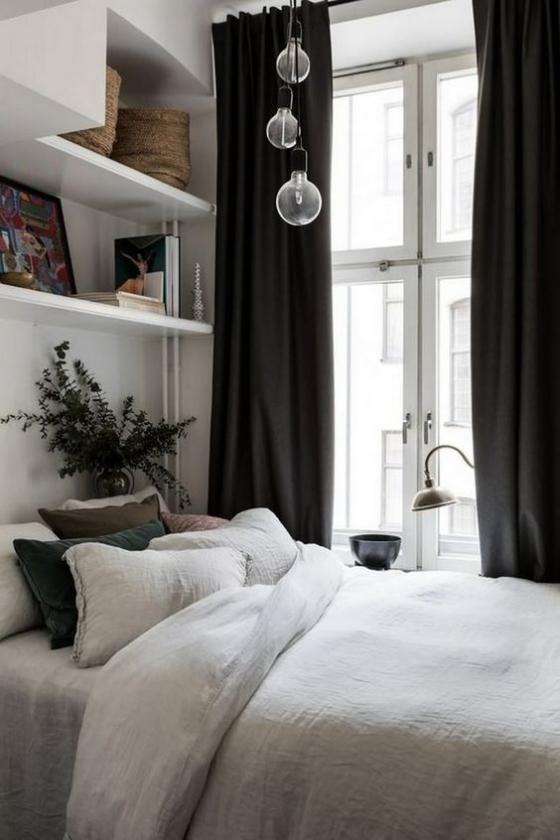 kleines Schlafzimmer schönes Raumdesign kleines Regal über dem Bett Bücher Bilder Andenken