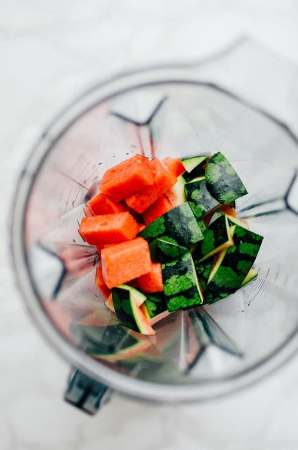 smoothie mit wassermelonen schale und beeren zubereiten