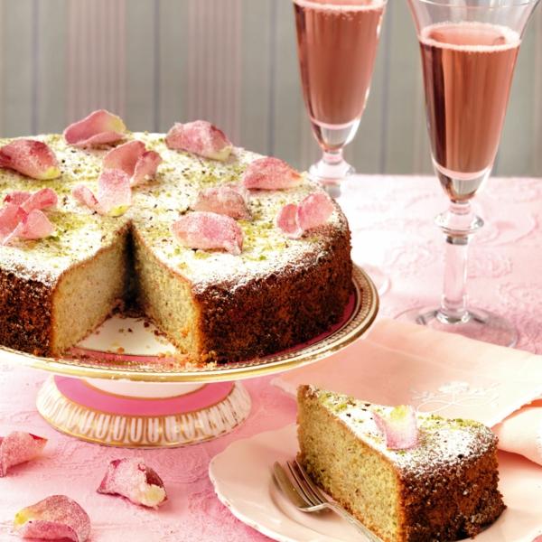 wasserkuchen mit zitrone und rosenblättern
