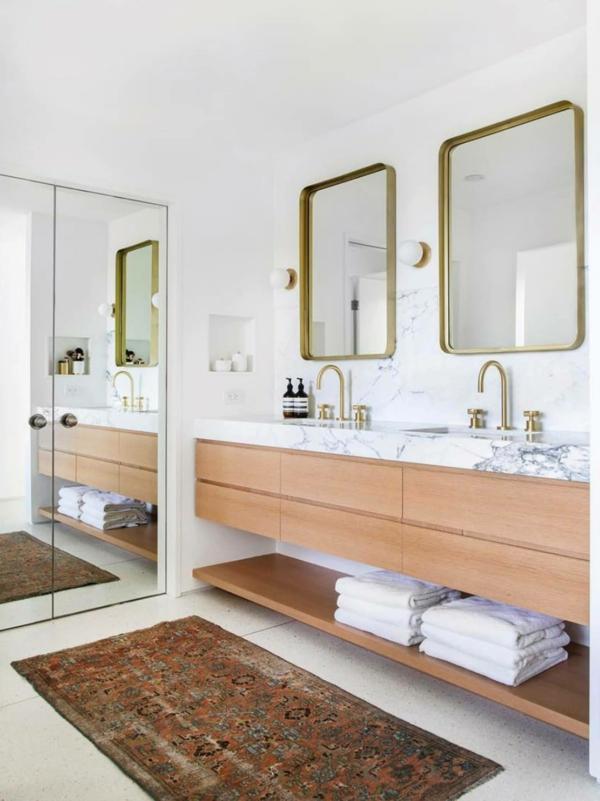 weiße wände bad ohne fliesen messing akzente wandspiegel armatur