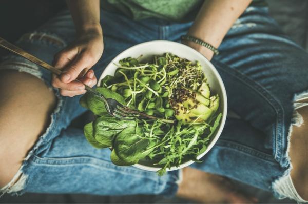 Übersäuerung des Körpers Symptome grüner Salat pH Werte