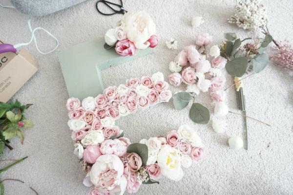 Buchstaben mit Blumen Rosen Blumen Buchstaben selber machen