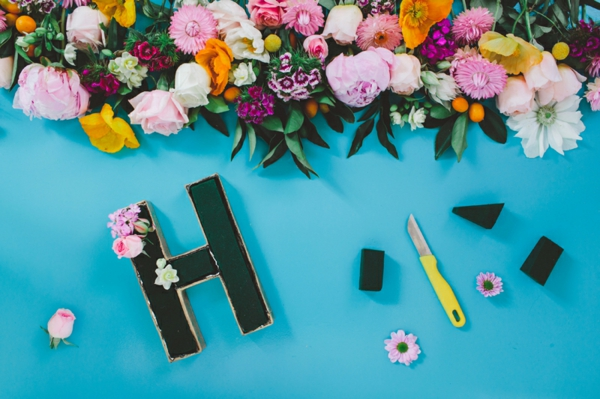 Buchstaben mit Blumen basteln Blumen Buchstaben selber machen Anleitung
