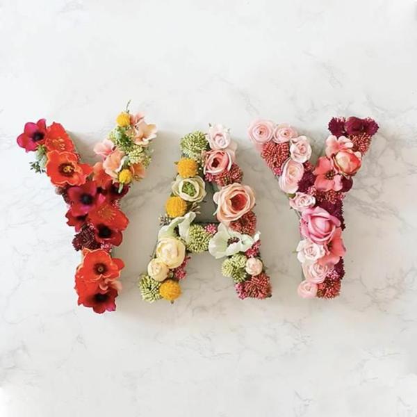 Buchstaben mit Blumen basteln Blumenbuchstaben Anleitung