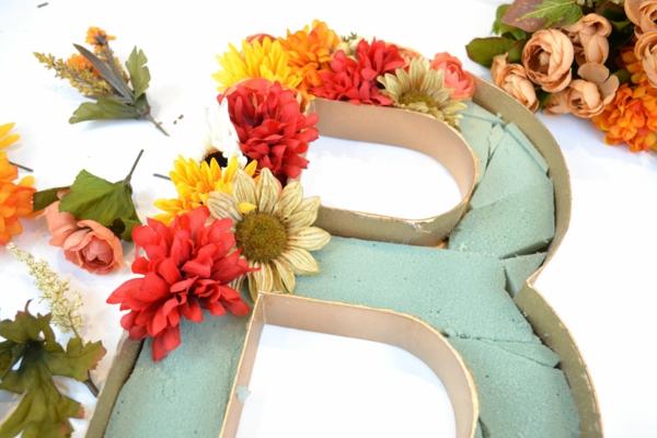 Buchstaben mit Blumen basteln Blumenbuchstaben B Blumenschaum