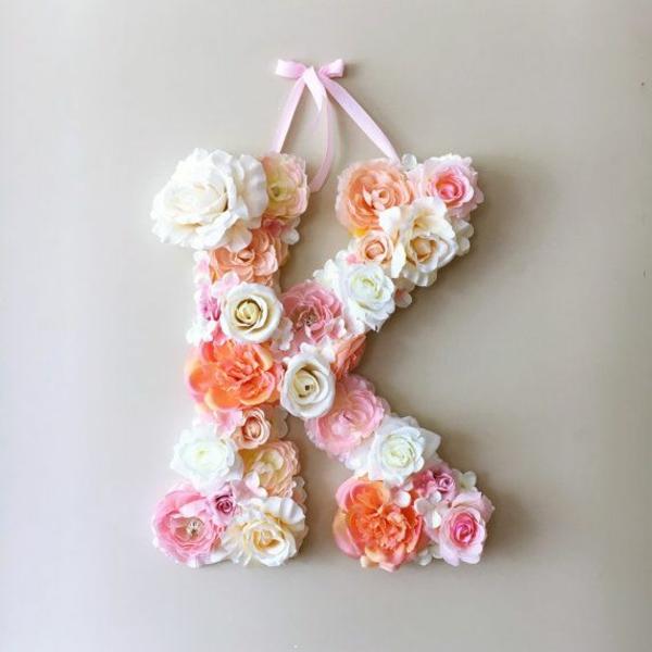 Buchstaben mit Blumen basteln Blumenbuchstaben K Kunstblumen