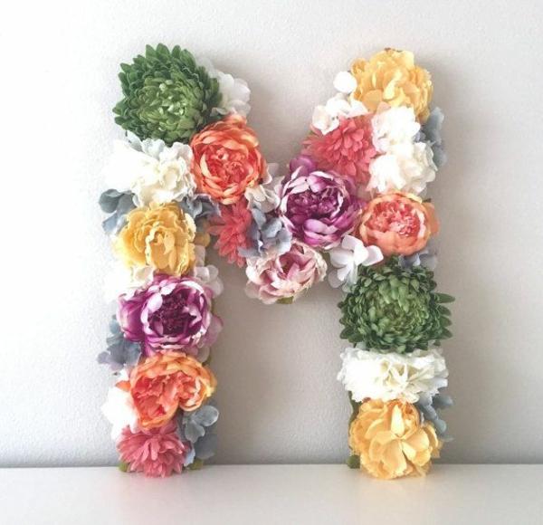 Buchstaben mit Blumen basteln Blumenbuchstaben M Monogramm