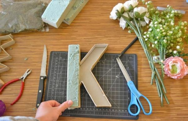 Buchstaben mit Blumen basteln Materialien Blumen Buchstaben selber machen