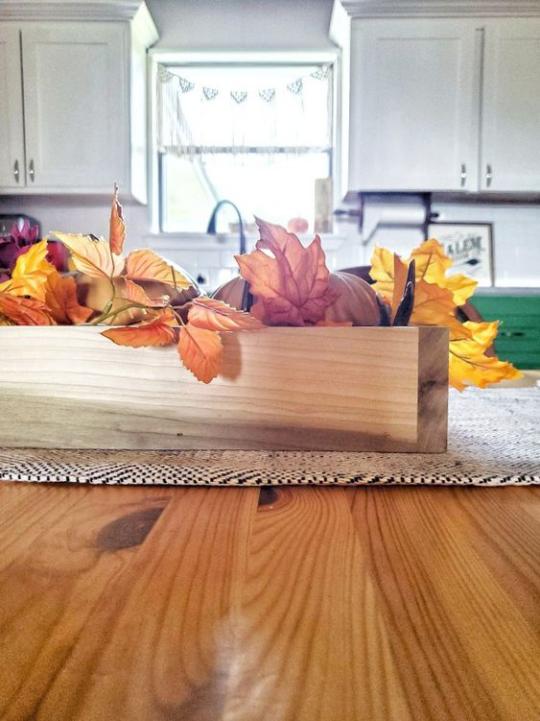 Deko Ideen mit Herbstblättern Tischdeko Blickfang im Holzkasten bunte Blätter arrangiert