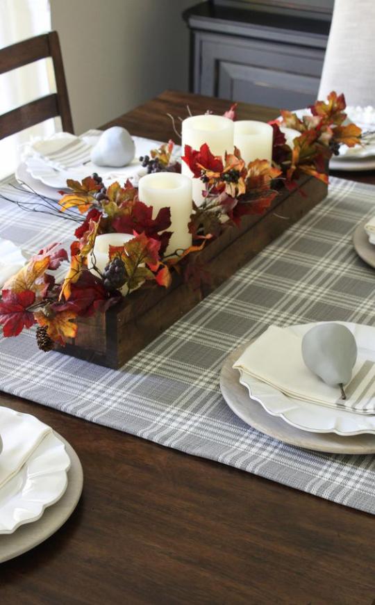 Deko Ideen mit Herbstblättern Tischdeko Holzkasten mit Blättern weiße Kerzen in der Tischmitte