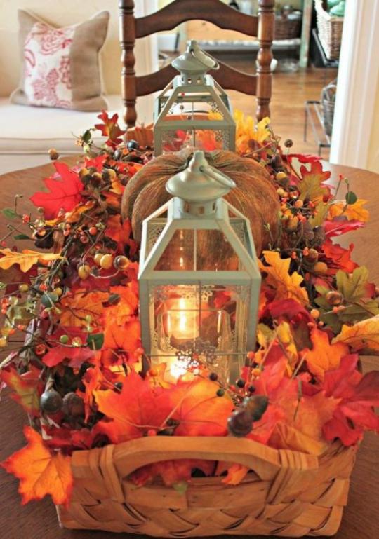 Deko Ideen mit Herbstblättern Tischdeko im Korb bunte Blätter rustikale Laternen Kürbis Beeren