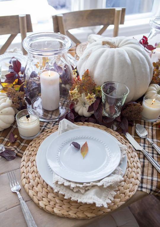 Deko Ideen mit Herbstblättern festlich gedeckter Tisch geschmückt weiße Kerzen ländliche Atmosphäre