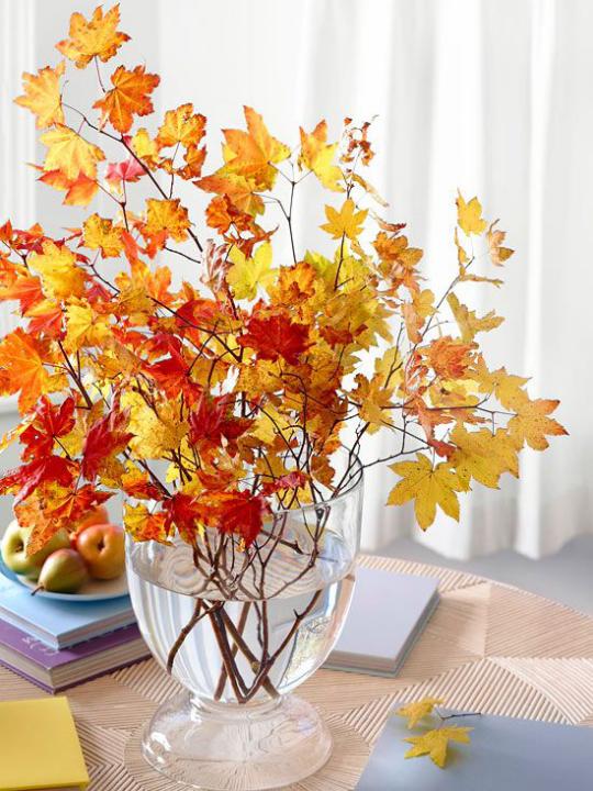 Deko Ideen mit Herbstblättern großes Glas mit Zeigen Herbstblätter auf dem Tisch Bücher Teller mit Äpfeln