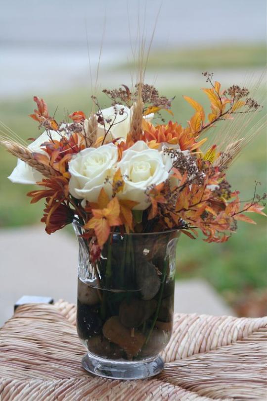 Deko Ideen mit Herbstblättern hohes Glas weiße Rosen bunte Blätter schönes Arrangement leicht nachzumachen