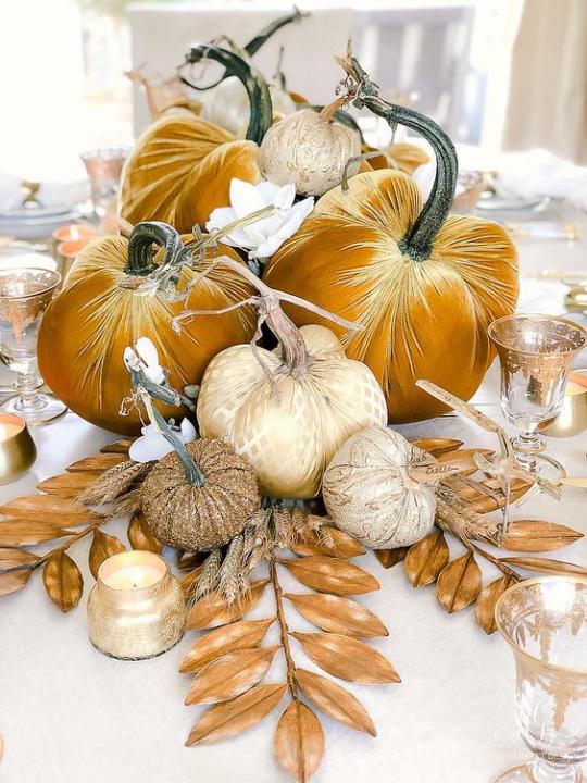 Deko Ideen mit Herbstblättern künstliche Kürbisse Blätter mit Goldglanz Blickfang Tischdeko